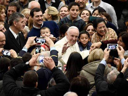 El Papa Francisco llega a su audiencia en el Vaticano. En vídeo, declaraciones del Papa.