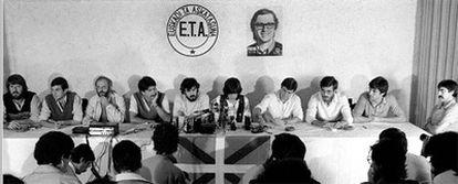 1982 DISOLUCIÓN DE ETA POLÍTICO MILITAR. Los líderes de ETA político militar comparecen por primera vez sin capuchas para anunciar en Biarritz (Francia) la disolución de la organización