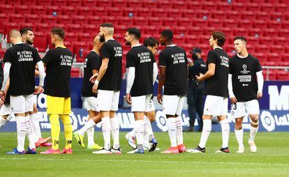 Los jugadores del Huesca, con camisetas reivindicativas antes de medirse al Atlético.