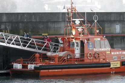 Traslado del cuerpo recuperado en la ensenada coruñesa del Orzán, que corresponde al de uno de los tres policías que entraron en el mar para auxiliar a un bañista.