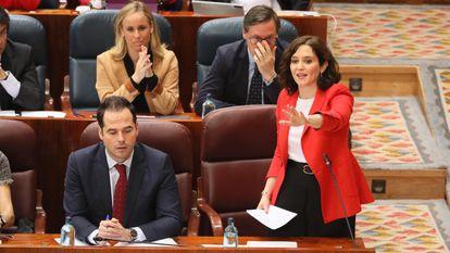 El vicepresidente de la Comunidad de Madrid, Ignacio Aguado y la presidenta de la CAM, Isabel Díaz Ayuso, en el pleno de la Asamblea, este jueves.