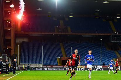 Una bengala, en un pequeño paracaídas, cae el campo durante el Sampdoria-Genoa.