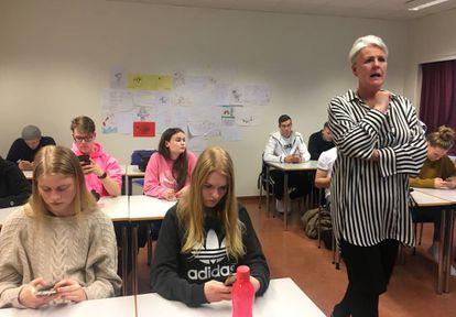 La profesora Hanna Björg Vilhjálmsdóttir, durante su clase de género en un instituto.