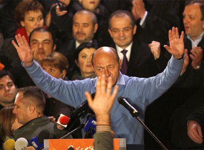 El presidente de Rumania, Traian Basescu, clama victoria poco después del cierre de las urnas.
