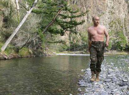 El presidente ruso, Vladímir Putin, pasea por el río Khemchik en Tuvá, una pequeña república de la Federación Rusa.
