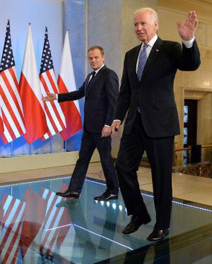 El vicepresidente Biden y el primer ministro Donald Tusk, tras reunirse este martes en Varsovia.