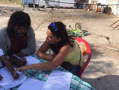 La trabajadora social Mamen Roca, en uno de los talleres organizados en la intervención integral del asentamiento de chabolas de la Alquería de las Moreras, con una de las personas que han podido ser realojadas en viviendas sociales.