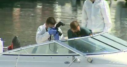 Agentes de la Guardia Civil inspeccionan el barco de Tomás Gimeno el 28 de abril.