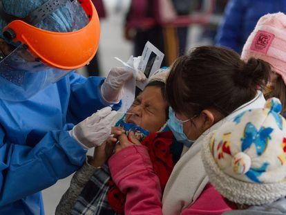 Personal sanitario realiza una prueba PCR a un niño en Iztapalapa, Ciudad de México, el 9 de julio.
