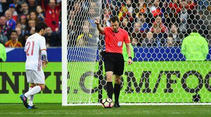 El árbirtro Felix Zwayer awards revierte la anulación del linier y da por válido el gol de España.