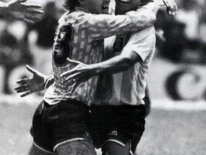 Pumpido (izquierda) y Brown se abrazan después de ganar el Mundial de 1986 en México.