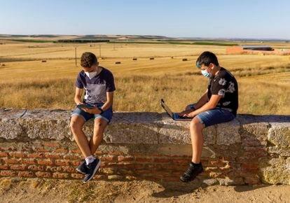 Daniel Heras (d) y su amigo Adrián buscan cobertura en Ventosa de la Cuesta (Valladolid).