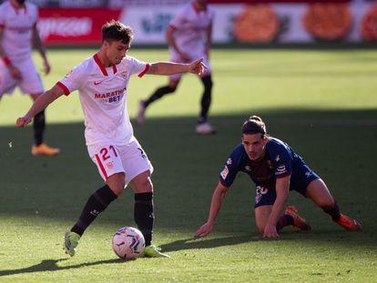 Óliver Torres da un pase en el partido jugado ante el Huesca en el Sánchez Pizjuán.