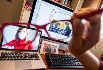 La granadina María Ruiz cada mañana mira las noticias digitales en el ordenador y se comunica con su compañera de trabajo Laura durante el confinamiento.