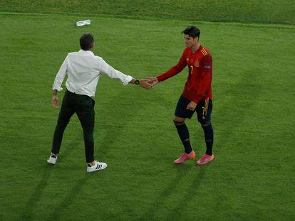 Luis Enrique saluda a Morata tras la sustitución del delantero de España en el duelo inicial ante Suecia.