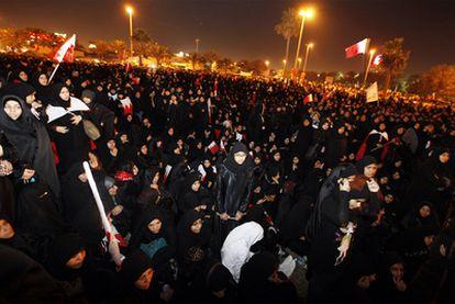 Miles de mujeres en la la plaza de la Perla, en el centro de Manama.