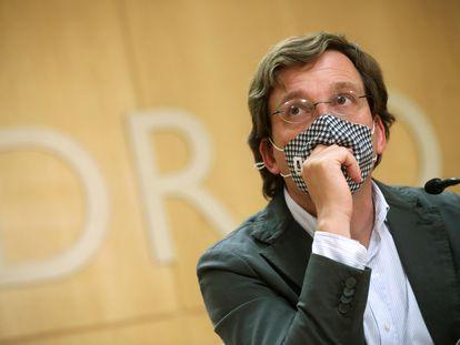 El alcalde de Madrid José Luis Martínez-Almeida durante una rueda de prensa en el Ayuntamiento este jueves.