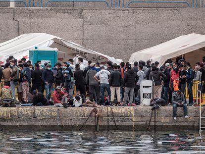 Cientos de migrantes se agolpan este sábado en el muelle grancanario de Arguineguín, donde duermen unas 2.000 personas.