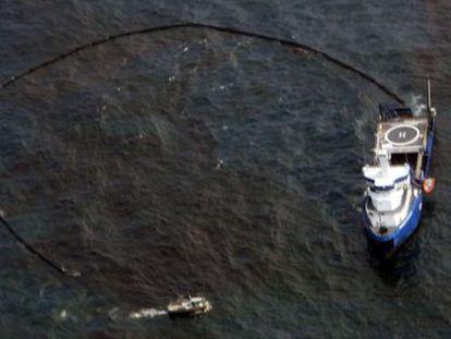 Tareas de contención del vertido de BP en México, en mayo de 2010.