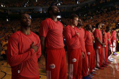 Los jugadores de los Clippers escuchan el himno de los Estados Unidos con la camiseta de entrenamiento del revés