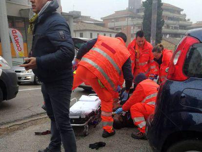 Los servicios de emergencias atienden a uno de los heridos en Macerata.