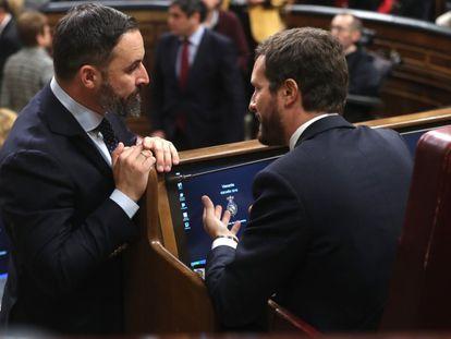 El presidente del Partido Popular, Pablo Casado (derecha) y el líder de Vox, Santiago Abascal, conversan durante la sesión constitutiva de la Cámara Baja.