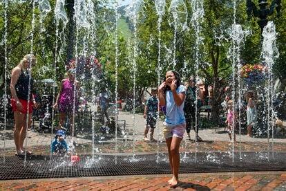 Una niña se refresca en una fuente de Aspen, Colorado, que registró altas temperaturas esta semana.