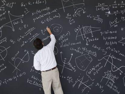 Un profesor en clase de Matemáticas.