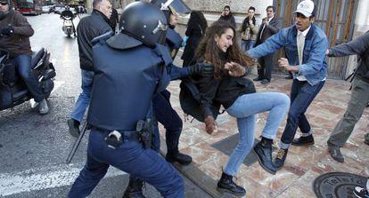 Policías nacionales antidisturbios cargan contra estudiantes en Valencia el pasado lunes.