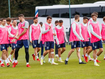 Los jugadores de la selección española lucen petos rosas como gesto de apoyo a la lucha contra el cáncer de mama.