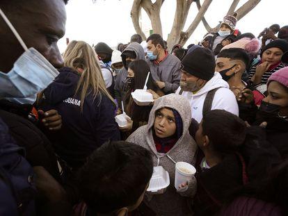Solicitantes de asilo reciben comida en Tijuana, en febrero de este año.