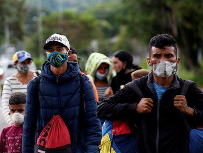 Migrantes venezolanos cruzan la frontera entre Venezuela y Colombia, el pasado 12 de octubre.