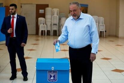 El líder de Israel Nuestra Casa, Avigdor Lieberman, vota el lunes en el asentamiento de Nokdim (Cisjordania).
