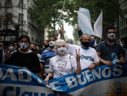 Un grupo de manifestantes avanza por una calle de Buenos Aires (Argentina) el Día de la Lealtad Peronista, este sábado.