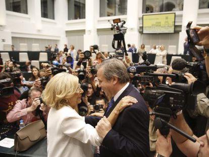 Carmena (izquierda) saluda a Carmona antes de la sesión de investidura que la convirtió en alcaldesa el 13 de junio.