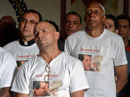 Guillermo Fariñas (derecha) y otros disidentes, en el funeral de Payá.