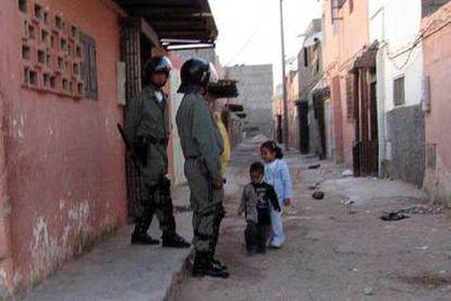Soldados marroquíes en un barrio de El Aaiún.