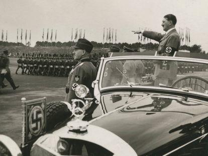 Hitler saluda a las masas en el congreso del Partido Nazi en Nuremberg en 1936.