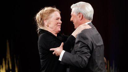 La actriz Liv Ullman y Mario Vargas Llosa, invitados al programa Skvlan de la Televisión pública sueca.