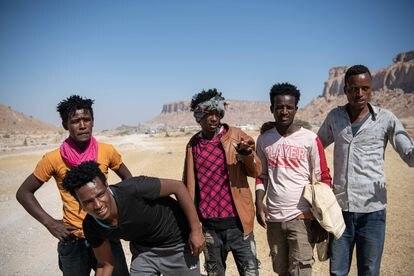 Abdelkarim Turak de 21 años (primero por la izquierda), junto con cuatro compatriotas etíopes, deshace el camino hacia su país tras ser devueltos de la frontera con Arabia Saudí.