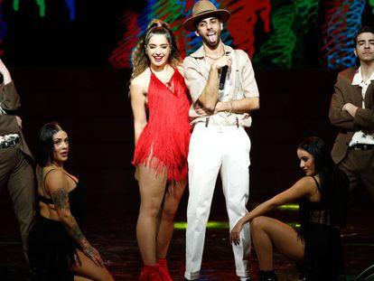 Lola Indigo y Don Patricio, durante su actuación en los Premios Odeón este lunes.