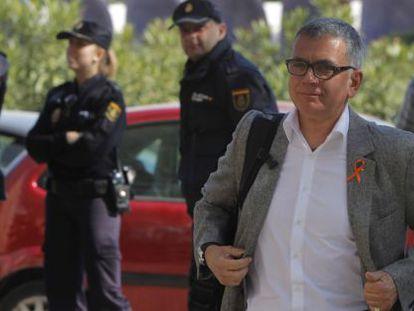 El periodista Juan Ramón Lucas a su llegada a la Ciudad de la Justicia esta mañana.