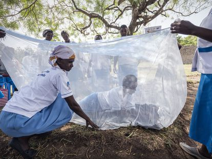 Reparto de mosquiteras para protegerse de la malaria en una comunidad rural de Kenia.