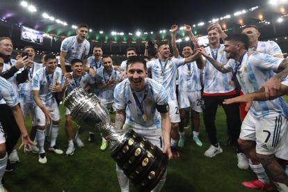 Messi sostiene la Copa América en la cancha de Maracaná, este sábado.