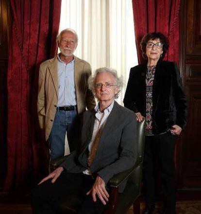 Eduardo Milán, William Rove (sentado) y Olvido García Valdés, el 23 de abril en Casa de América, en Madrid.