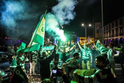 Los aficionados del Sporting celebran el título de liga en las calles de Lisboa.