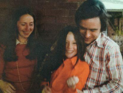 Elizabeth Kendall, su hija, Molly y Bundy, en una imagen del álbum personal de la exnovia del asesino.