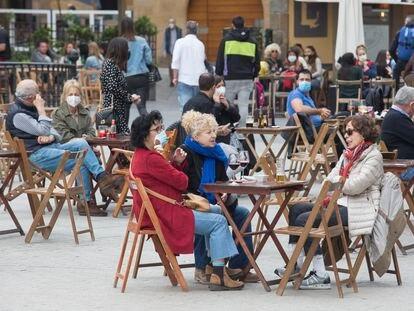 Varios clientes, en la terraza de un bar de Madrid durante la Semana Santa.