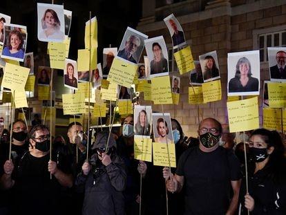 Manifestantes con pancartas con rostros de miembros del Parlamento catalán durante el tercer aniversario del referéndum independentista, el 1 de octubre de 2020.