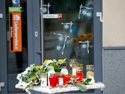 Flores y velas depositadas por ciudadanos en uno de los puntos del ataque terrorista del lunes en Viena, este miércoles.